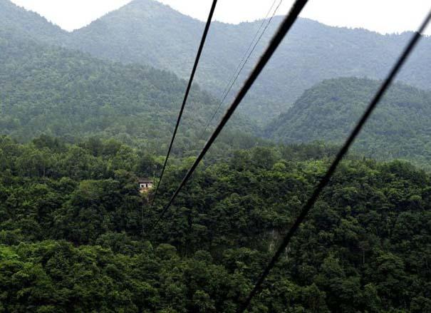 Ένα κλουβί πάνω από την άβυσσο συνδέει Κινέζικο χωριό με τον κόσμο (4)