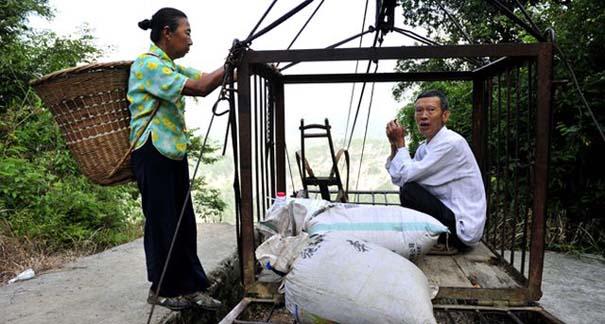 Ένα κλουβί πάνω από την άβυσσο συνδέει Κινέζικο χωριό με τον κόσμο (7)