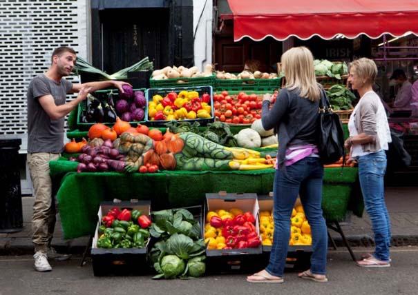 Μοντέλο καμουφλάρεται σε... πάγκο με λαχανικά (5)