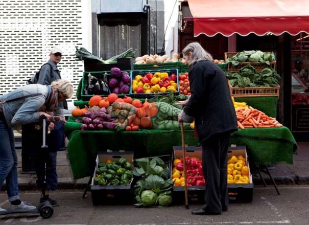 Μοντέλο καμουφλάρεται σε... πάγκο με λαχανικά (6)