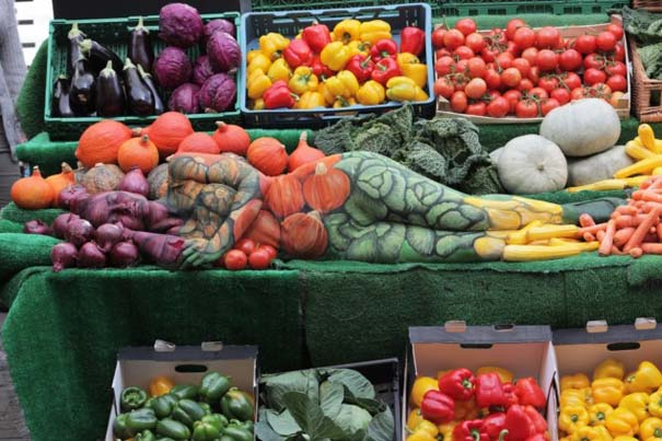 Μοντέλο καμουφλάρεται σε... πάγκο με λαχανικά (7)