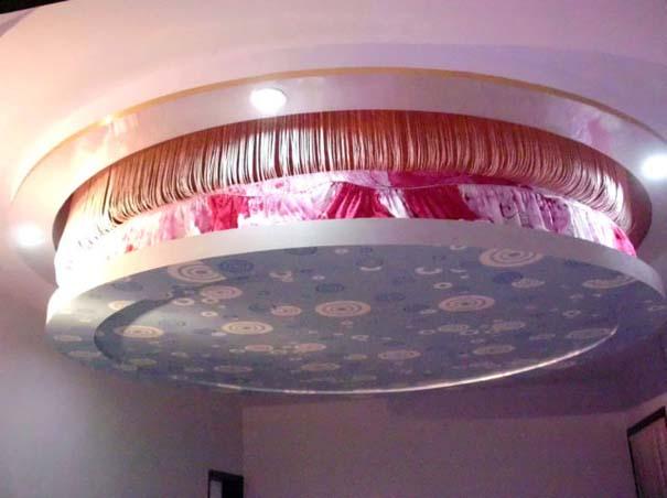 Πρωτότυπο κρεβάτι που βγαίνει από το ταβάνι (2)