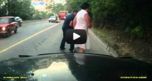 Την πήρε ο ύπνος ενώ οδηγούσε το scooter της και προσέκρουσε σε νταλίκα (Video)