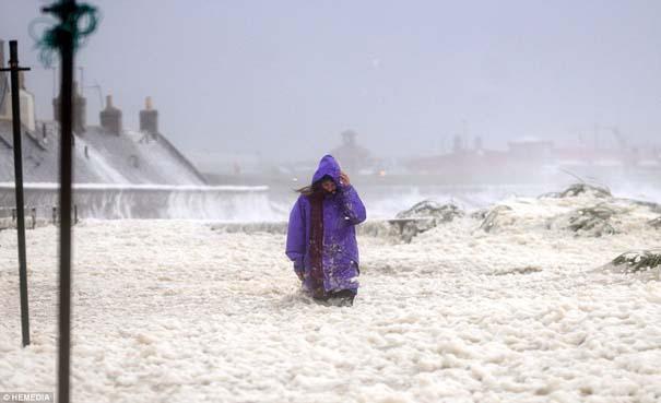 Χωριό στη Σκωτία καλύφθηκε με…αφρό! (5)