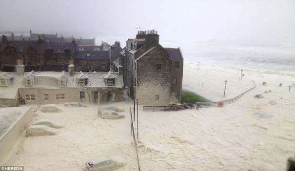 Χωριό στη Σκωτία καλύφθηκε με…αφρό! (7)