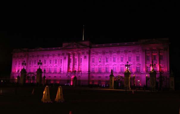 13 διάσημα αξιοθέατα φωτίζονται σε ροζ αποχρώσεις για καλό σκοπό (1)