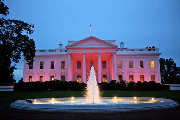13 διάσημα αξιοθέατα φωτίζονται σε ροζ αποχρώσεις για καλό σκοπό (2)