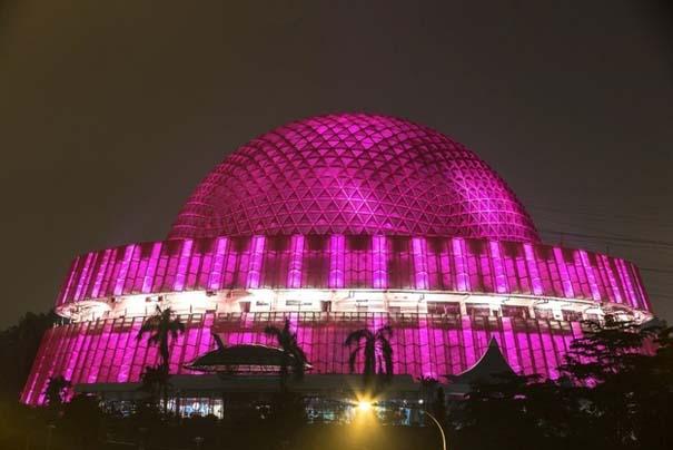 13 διάσημα αξιοθέατα φωτίζονται σε ροζ αποχρώσεις για καλό σκοπό (4)