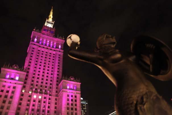 13 διάσημα αξιοθέατα φωτίζονται σε ροζ αποχρώσεις για καλό σκοπό (7)
