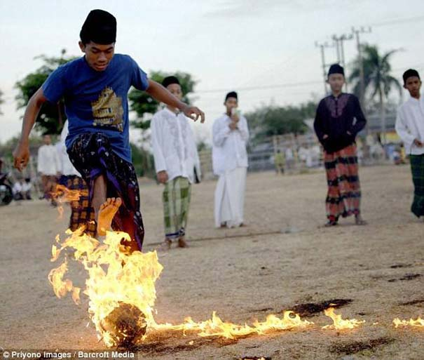 Γιατί οι άνθρωποι στην Ινδονησία βάζουν φωτιά στις καρύδες; (2)
