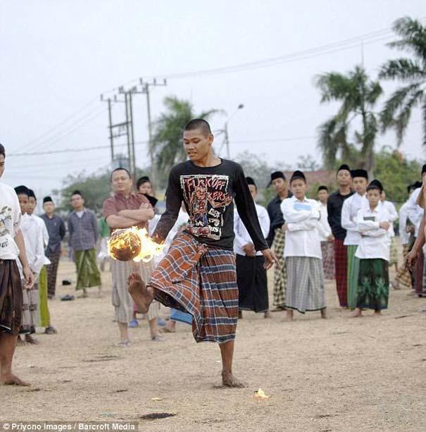 Γιατί οι άνθρωποι στην Ινδονησία βάζουν φωτιά στις καρύδες; (3)