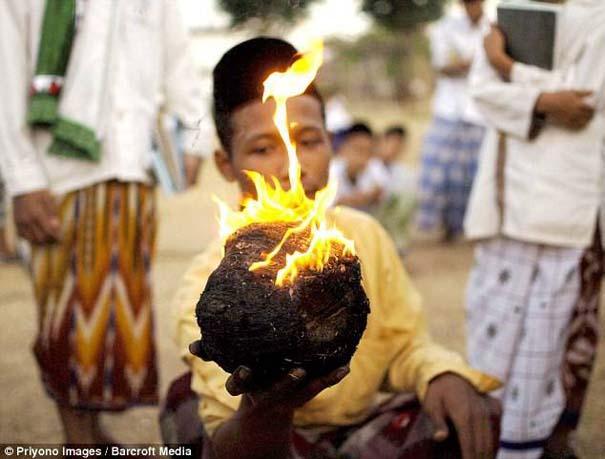 Γιατί οι άνθρωποι στην Ινδονησία βάζουν φωτιά στις καρύδες; (4)