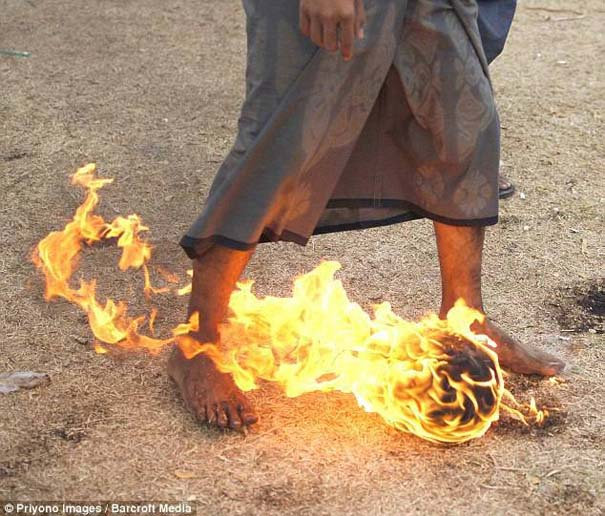 Γιατί οι άνθρωποι στην Ινδονησία βάζουν φωτιά στις καρύδες; (5)