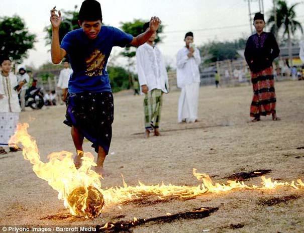 Γιατί οι άνθρωποι στην Ινδονησία βάζουν φωτιά στις καρύδες; (6)