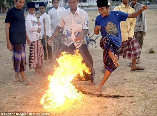 Γιατί οι άνθρωποι στην Ινδονησία βάζουν φωτιά στις καρύδες; (7)