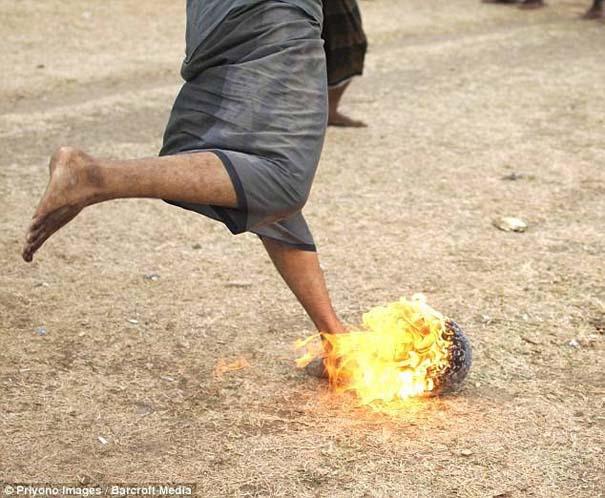 Γιατί οι άνθρωποι στην Ινδονησία βάζουν φωτιά στις καρύδες; (8)