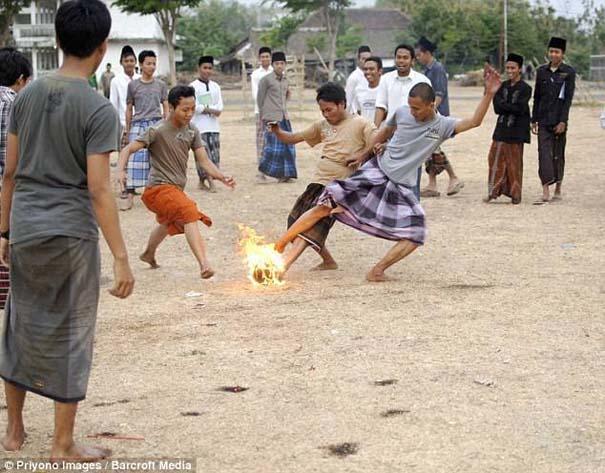 Γιατί οι άνθρωποι στην Ινδονησία βάζουν φωτιά στις καρύδες; (9)