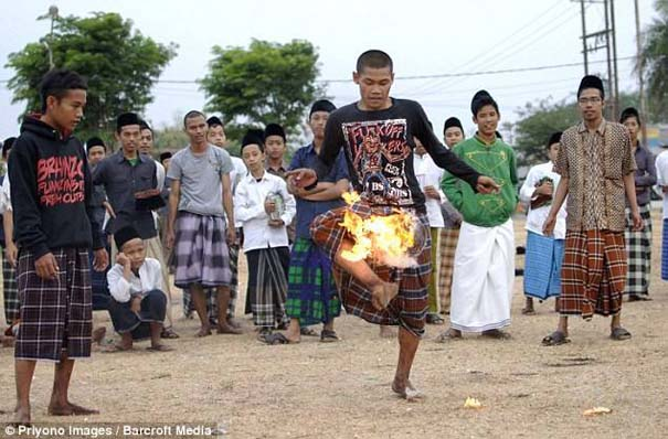 Γιατί οι άνθρωποι στην Ινδονησία βάζουν φωτιά στις καρύδες; (10)