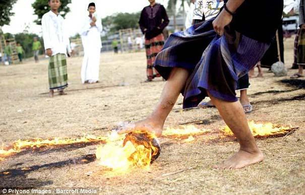 Γιατί οι άνθρωποι στην Ινδονησία βάζουν φωτιά στις καρύδες; (11)