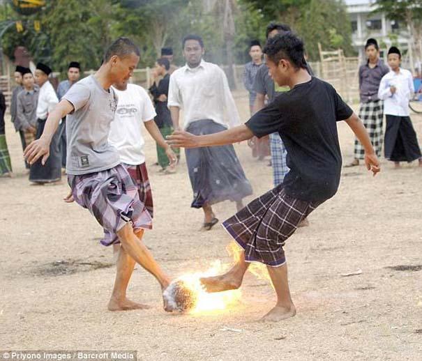 Γιατί οι άνθρωποι στην Ινδονησία βάζουν φωτιά στις καρύδες; (12)