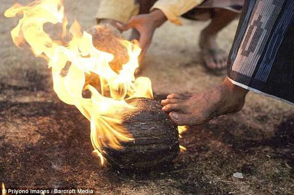 Γιατί οι άνθρωποι στην Ινδονησία βάζουν φωτιά στις καρύδες; (13)