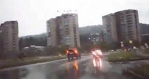 Κεραυνός χτυπάει αυτοκίνητο on camera (Video)