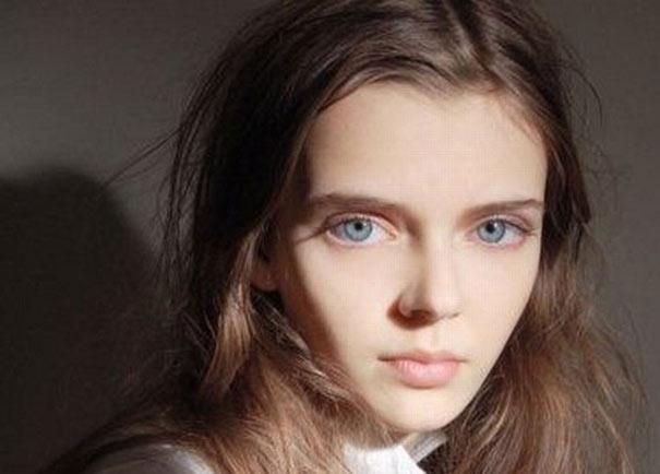 Μοντέλο με μάτια κούκλας (1)