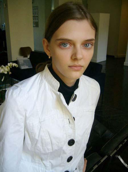 Μοντέλο με μάτια κούκλας (2)