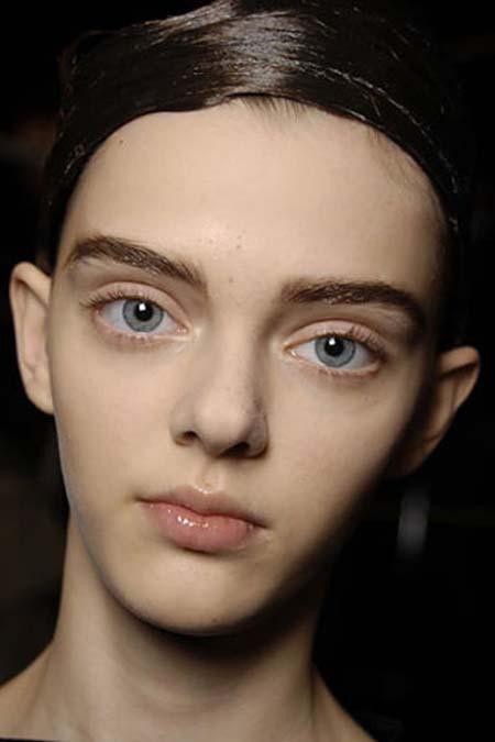 Μοντέλο με μάτια κούκλας (4)