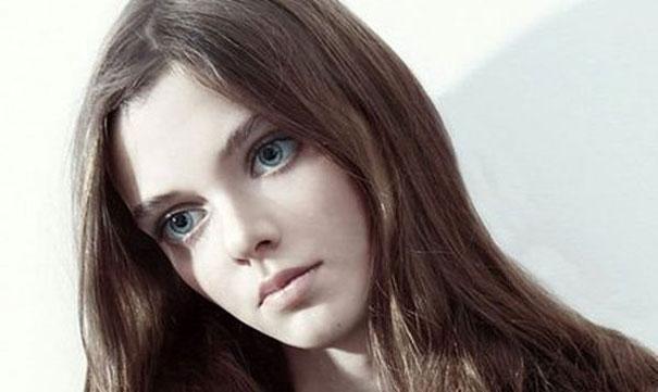 Μοντέλο με μάτια κούκλας (15)