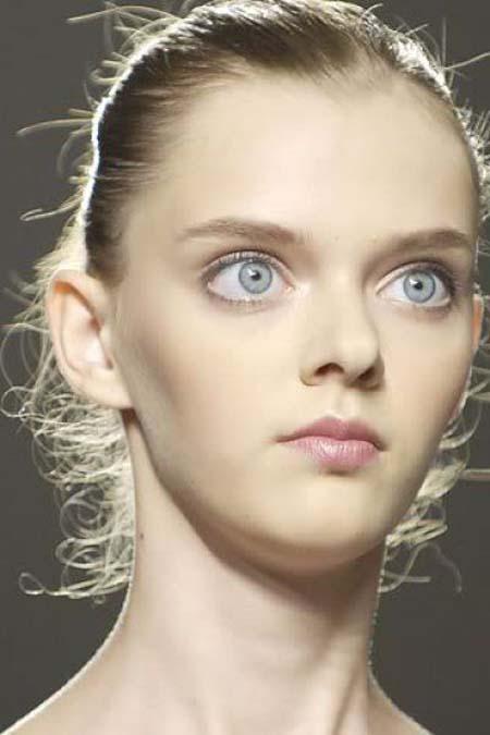 Μοντέλο με μάτια κούκλας (20)