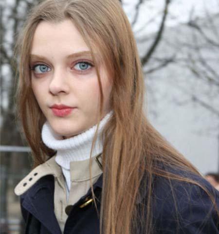 Μοντέλο με μάτια κούκλας (21)