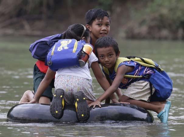 Περνούν καθημερινά το ποτάμι πάνω σε σαμπρέλα για να πάνε στο σχολείο (1)
