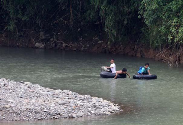 Περνούν καθημερινά το ποτάμι πάνω σε σαμπρέλα για να πάνε στο σχολείο (2)