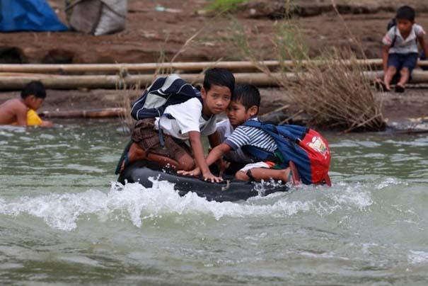 Περνούν καθημερινά το ποτάμι πάνω σε σαμπρέλα για να πάνε στο σχολείο (3)