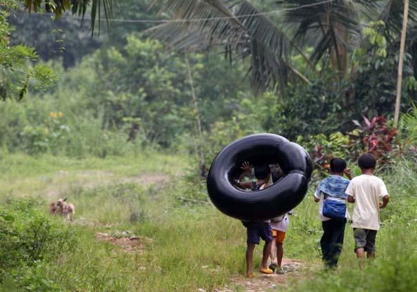 Περνούν καθημερινά το ποτάμι πάνω σε σαμπρέλα για να πάνε στο σχολείο (4)