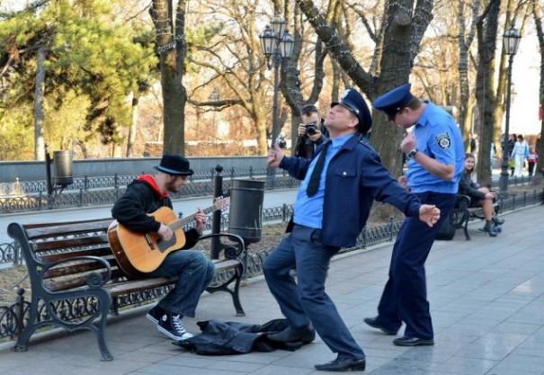 Εν τω μεταξύ, η αστυνομία στην Οδησσό της Ουκρανίας... | Φωτογραφία της ημέρας