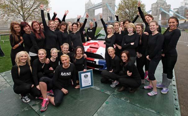 28 γυναίκες σε ένα Mini (2)