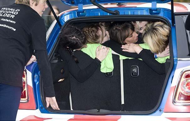 28 γυναίκες σε ένα Mini (4)