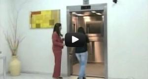 Φάρσα σε ασανσέρ προκαλεί τον απόλυτο τρόμο (Video)