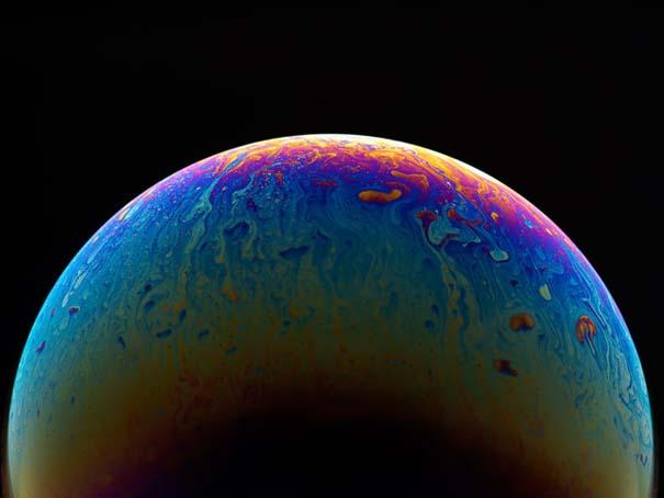 Φωτογράφος μετατρέπει φούσκες από σαπούνι σε μυστηριώδεις πολύχρωμους πλανήτες (3)