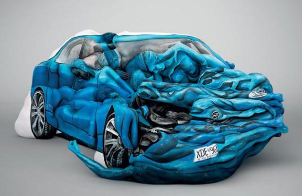 Ανθρώπινα κορμιά με body painting σχηματίζουν τρακαρισμένο αυτοκίνητο | Φωτογραφία της ημέρας