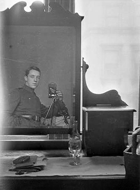 Φωτογράφηση στον καθρέφτη από το 1917 | Φωτογραφία της ημέρας