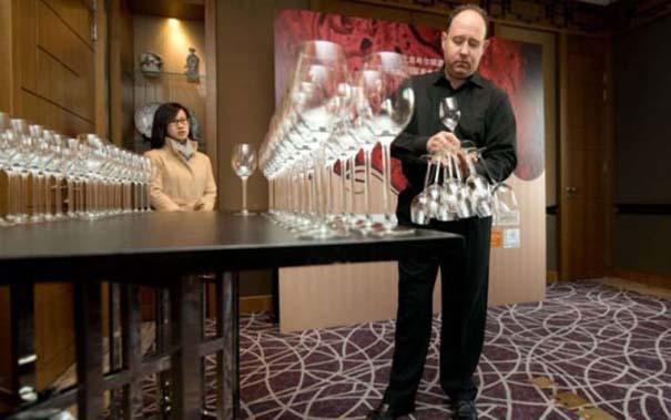 Εσείς πόσα ποτήρια κρασιού μπορείτε να κρατήσετε στο ένα χέρι; (4)