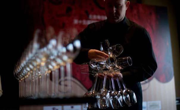 Εσείς πόσα ποτήρια κρασιού μπορείτε να κρατήσετε στο ένα χέρι; (5)
