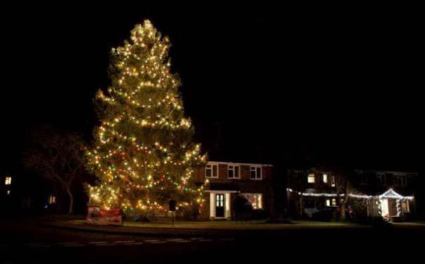 Το μικρό Χριστουγεννιάτικο δέντρο που «μάγεψε» όλη την περιοχή (4)