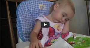 Μωρά δίνουν σκληρή μάχη με τον ύπνο (Video)
