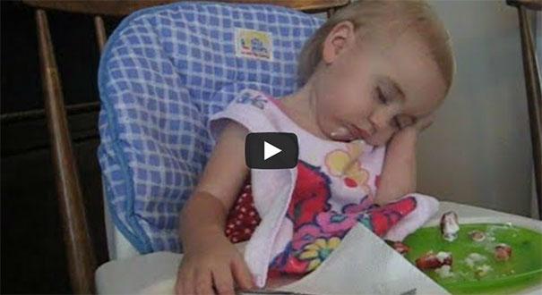 Μωρά δίνουν σκληρή μάχη με τον ύπνο
