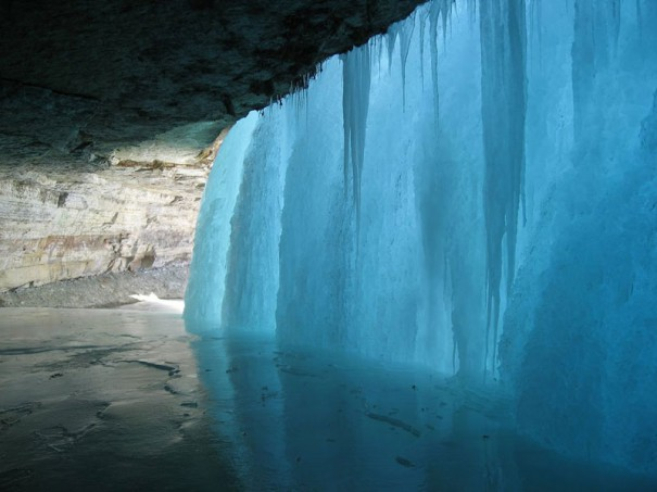 Πίσω από έναν παγωμένο καταρράκτη | Φωτογραφία της ημέρας