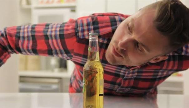 Πως να ανοίξετε μια μπύρα χωρίς να την αγγίξετε (Video)